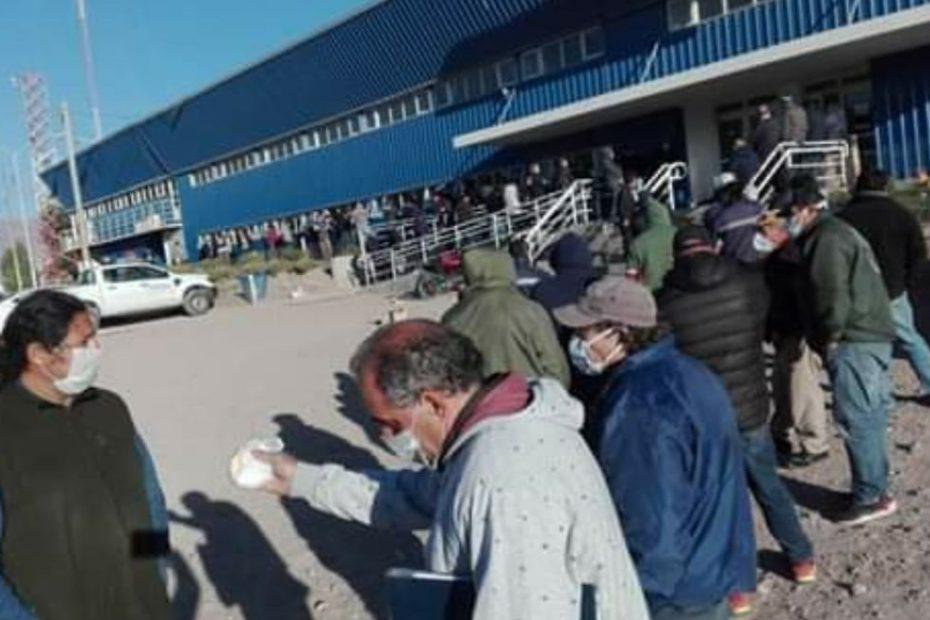 Largas esperas y múltiples trámites en la frontera de Cristo Redentor para los conductores de Brasil, Argentina y Chile que llevan economía y no un viaje de paseo.